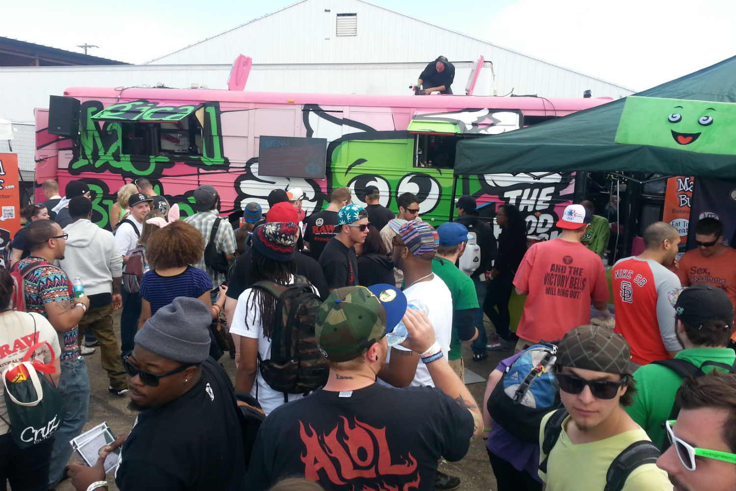marijuana-food-truck-and-crowd